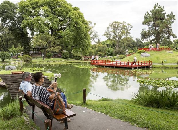 En el Jardín Japonés, los visitantes buscan conectarse con la naturaleza