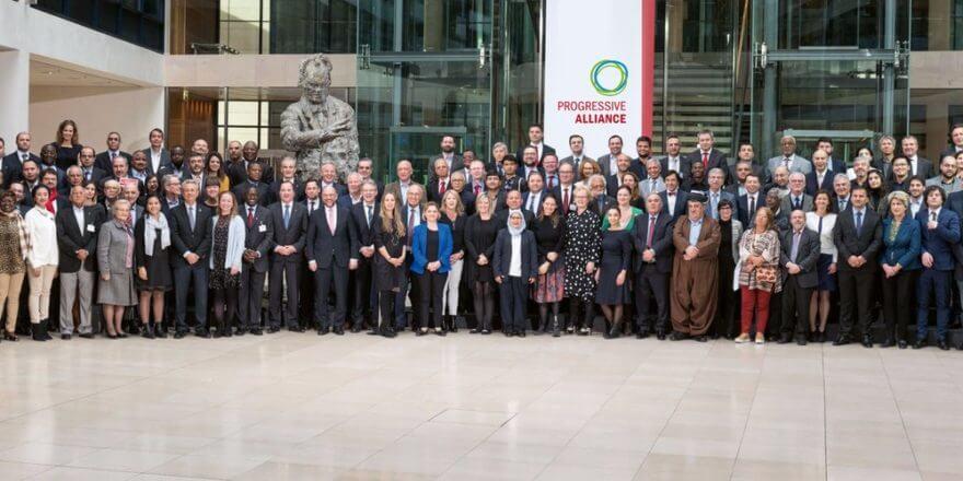 Bonfatti junto a otros integrantes de la AP de todo el mundo.