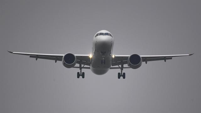 El C919 en su descenso al aeropuerto de Shanghái luego de su vuelo inagural
