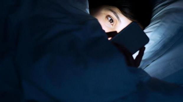 """La técnica de la """"zanahoria"""" (recompensa) y """"garrotazo"""" (castigo) podría ayudarte a dejar ese mal hábito de andar leyendo en el teléfono antes de dormir"""