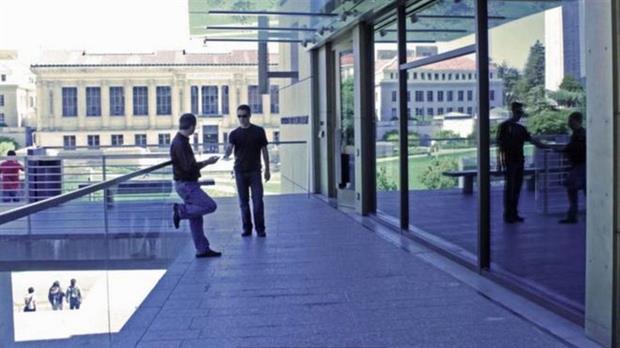 Dos hombres intercambian documentos en un espacio abierto. ¿Es lo que cuenta la foto, cierto?