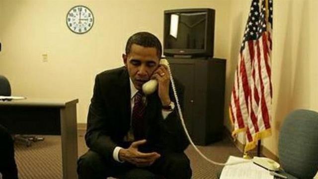 Esta foto de Barack Obama circuló en 2008, pero es falsa. El reloj es una pista, una referencia a un anuncio de televisión de Hillary Clinton acerca de atender el teléfono a las 3 am
