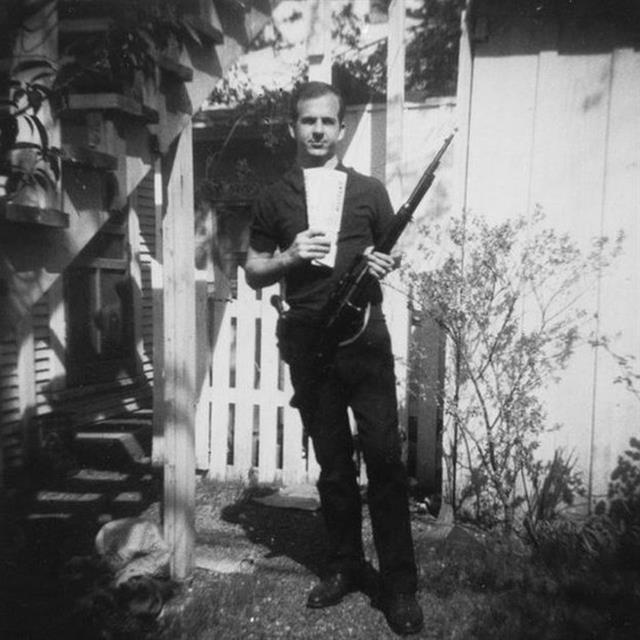 Teóricos de la conspiración han alegado que esta foto de Lee Harvey Oswald es falsa
