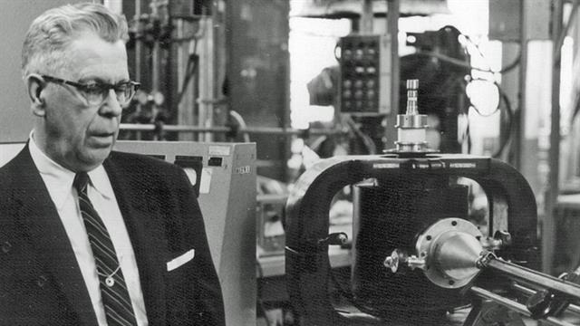 Percy Spencer junto al equipamiento original con el que desarrolló el microondas