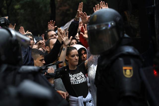 Enfrentamientos entre la Policía y los vecinos que fueron a votar el referéndum