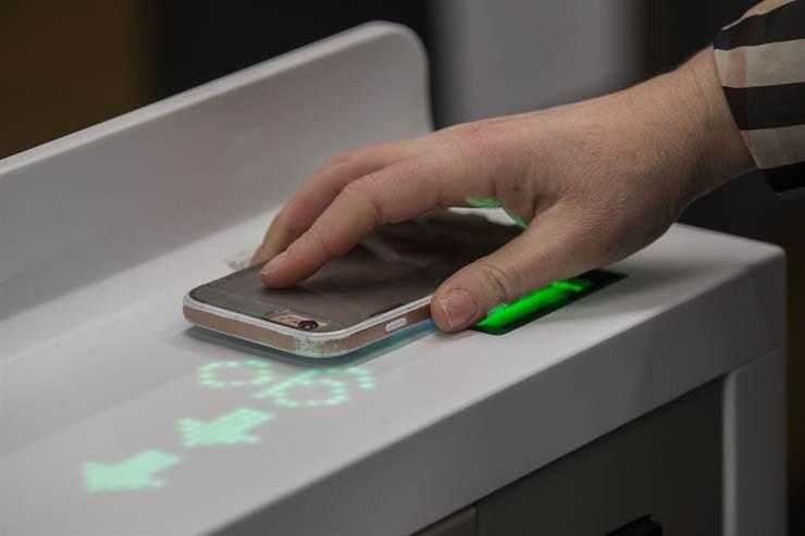 Los clientes usan una aplicación de Amazon Go y escanean un código al entrar en el establecimiento