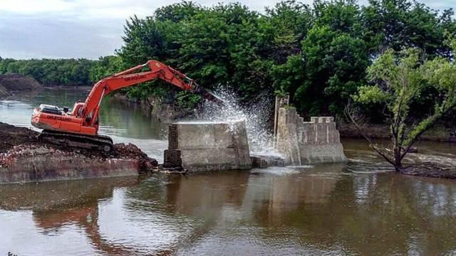 Sobre el río había compuertas abandonadas de 1904 que fueron removidas con las obras