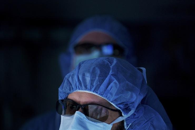 Los médicos usan anteojos que les permiten ver en 3D la información que les proporciona el microscopio