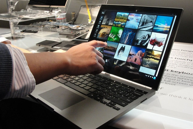 Windows 10 y Chrome OS adoptan la idea de permitir el uso con touchpad o ratón, pero también la interacción tocando la pantalla