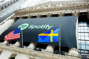 El logo de Spotify y la bandera sueca en la entrada a la Bolsa de Nueva York el martes, cuando Spotify debutó en el Nasdaq