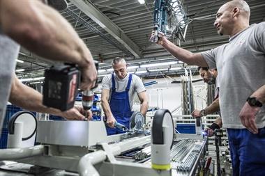 Si bien gran parte de la fábrica cuenta con procesos automatizados, aún requiere la presencia de operarios humanos