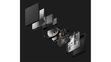 Un despiece de la consola. Se destacan, de abajo hacia arriba, el motherboard, el disipador de temperatura del CPU, el disco duro y la lectora de Blu-ray